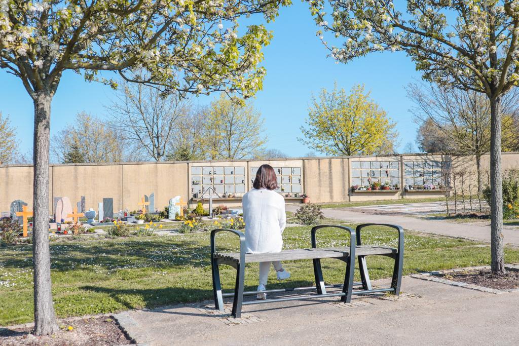 Trauernde auf dem Friedhof