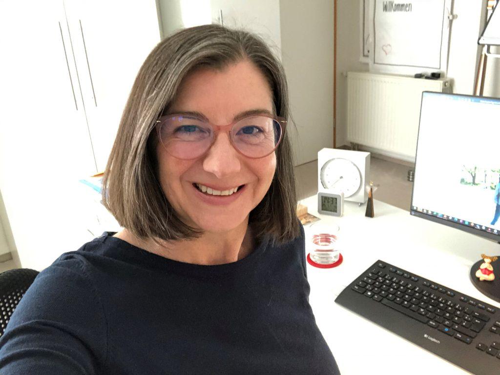 Frau am Schreibtisch sitzend